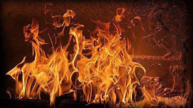 pali się w piecu